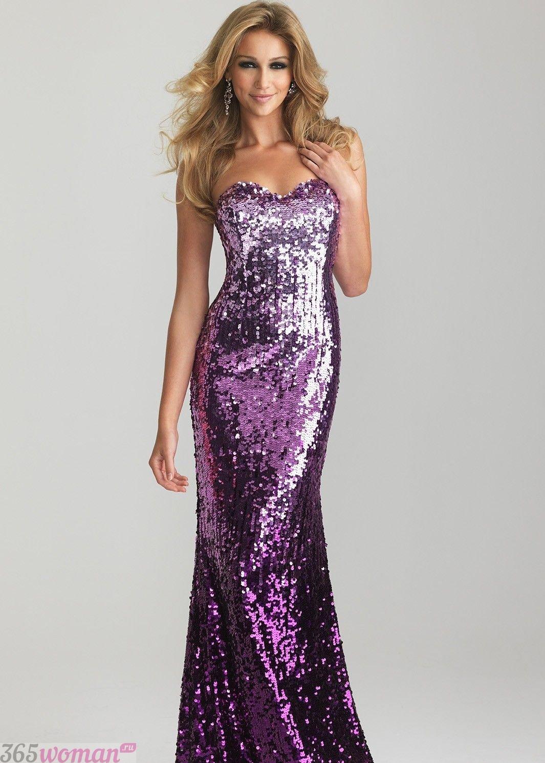в каких цветах встречать новый год 2021: блестящее длинное пурпурное платье