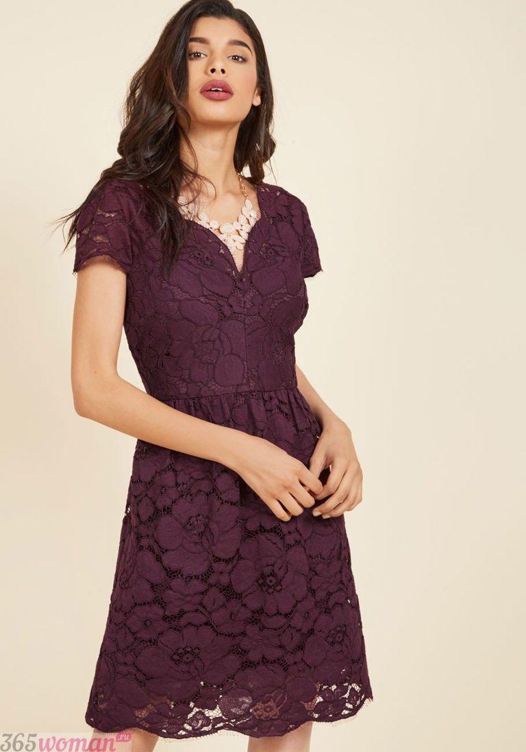 в каких цветах встречать новый год 2021: кружевное пурпурное платье