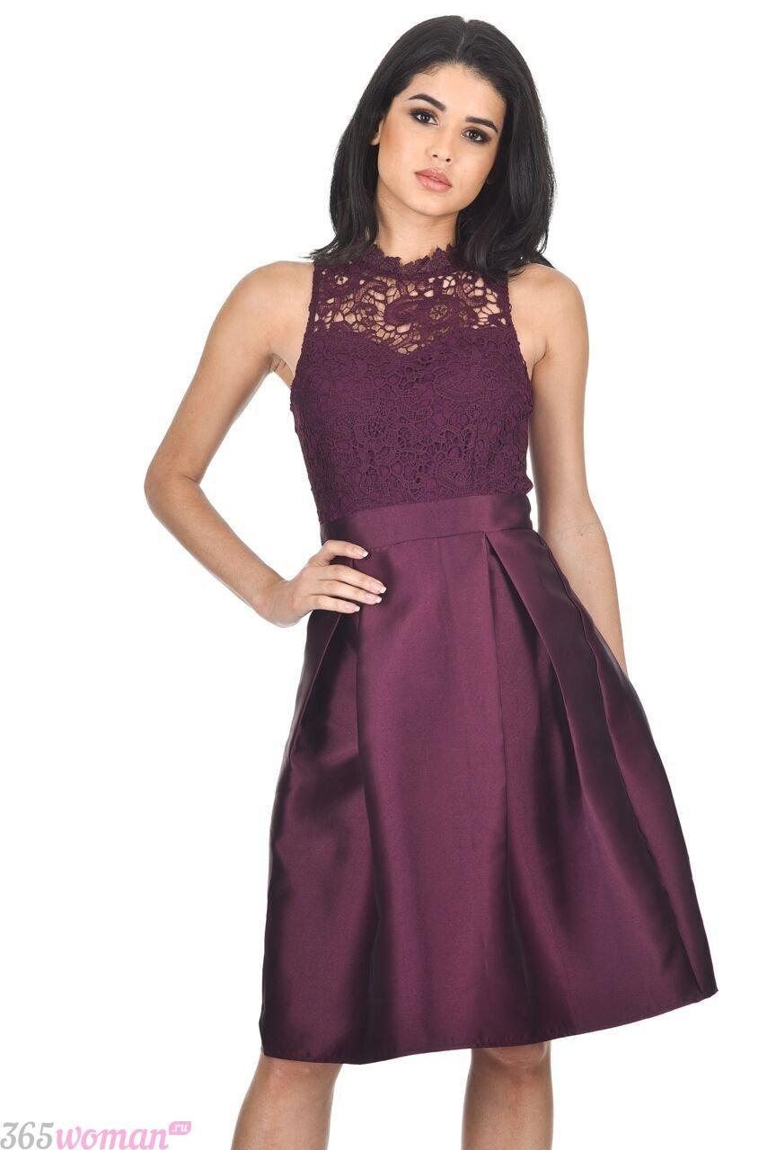 в каких цветах встречать новый год 2021: короткое пурпурное платье с кружевом