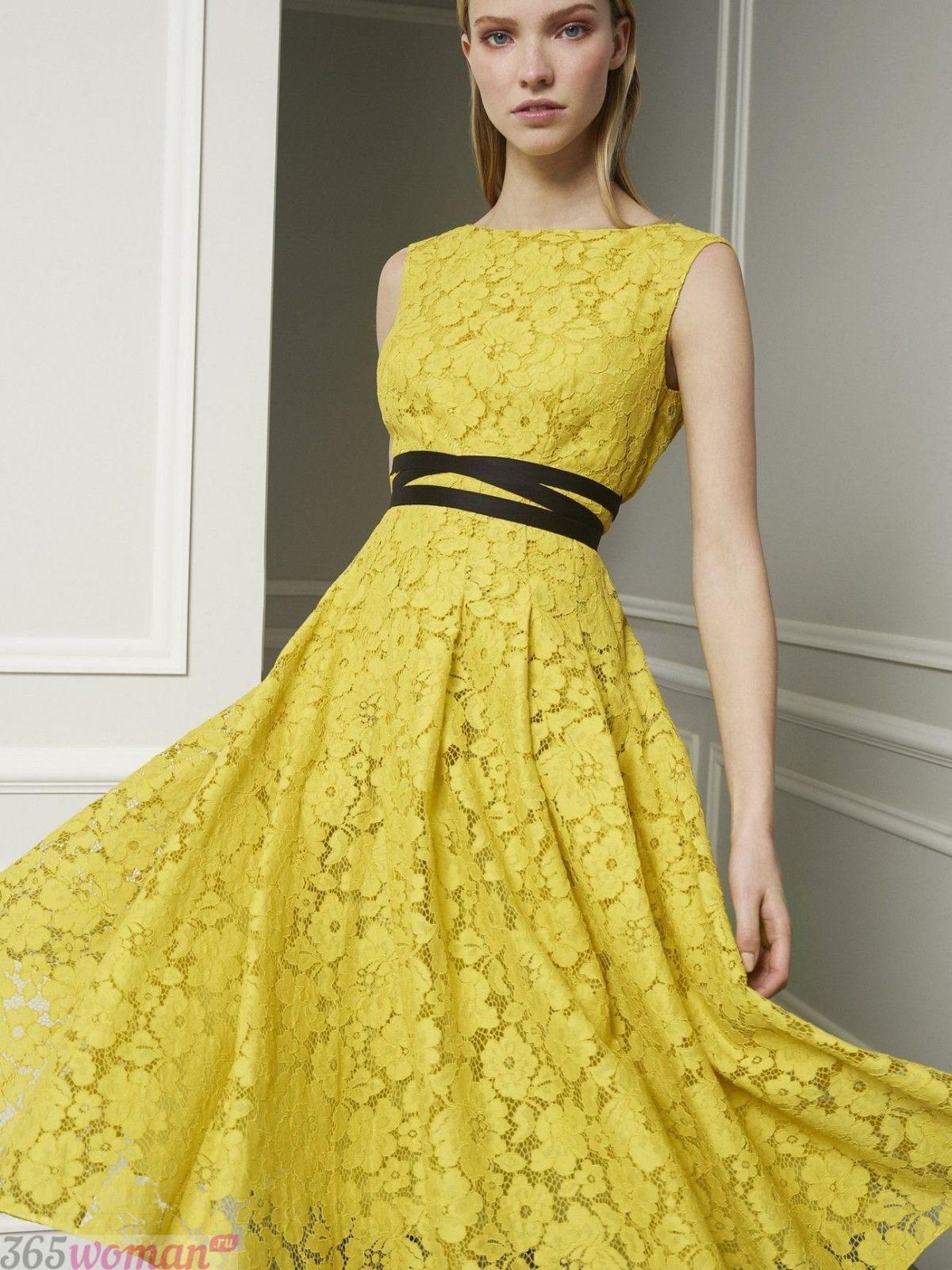 в каком цвете встречать новый год: желтое кружевное платье с черным поясом