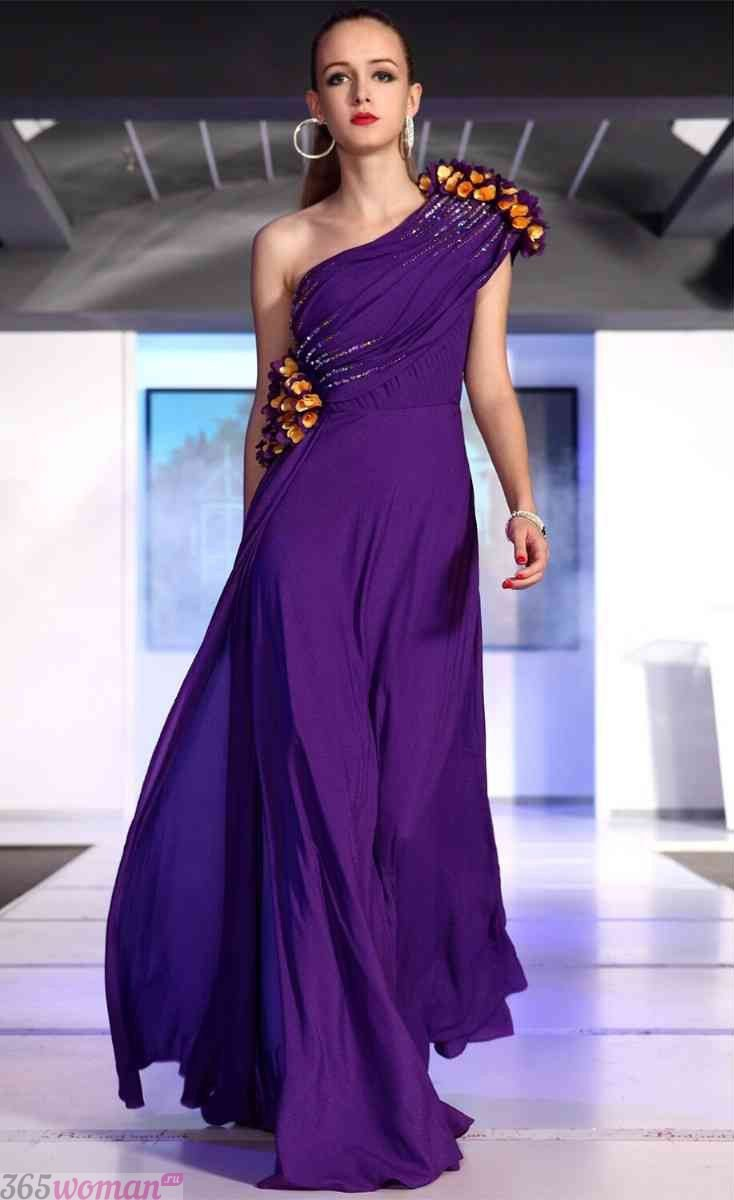 в каких цветах встречать новый год 2021: длинное пурпурное платье на одно плечо