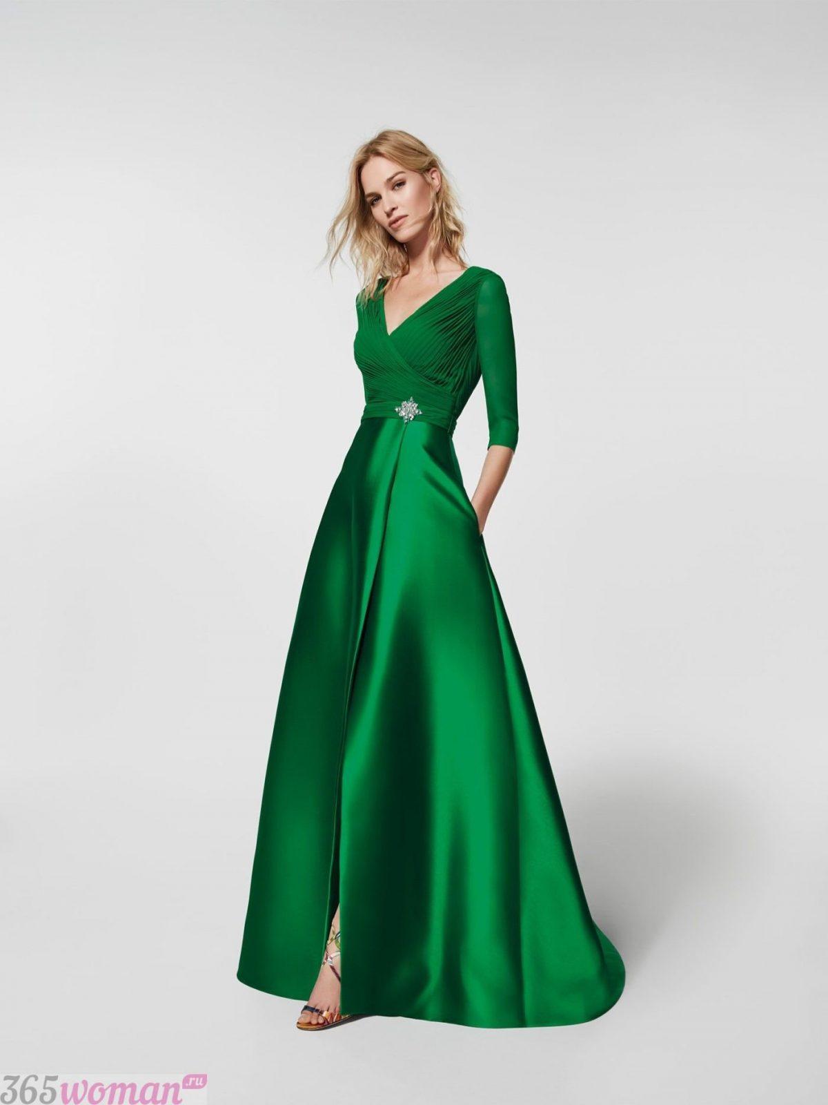 в каких цветах встречать новый год 2021: атласное зеленое платье в пол
