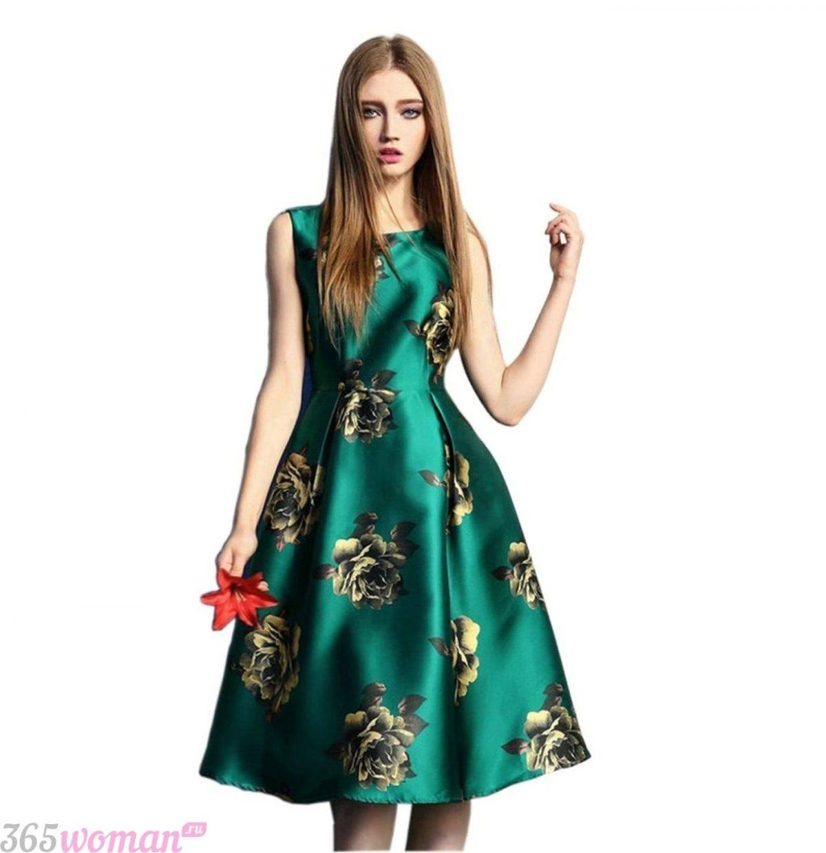 в каких цветах встречать новый год 2019: атласное зеленое платье с золотыми цветами