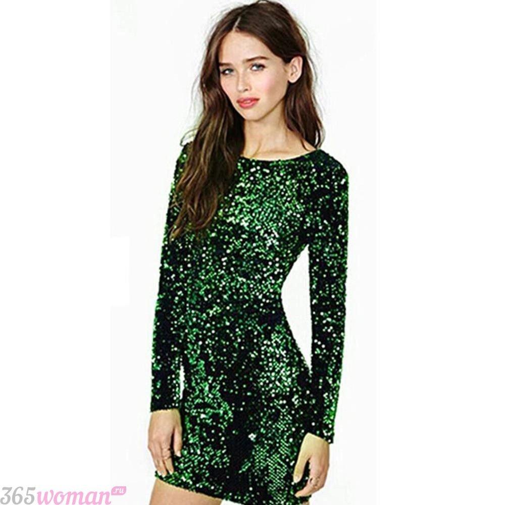 в каких цветах встречать новый год 2019: блестящее зеленое платье с длинным рукавом