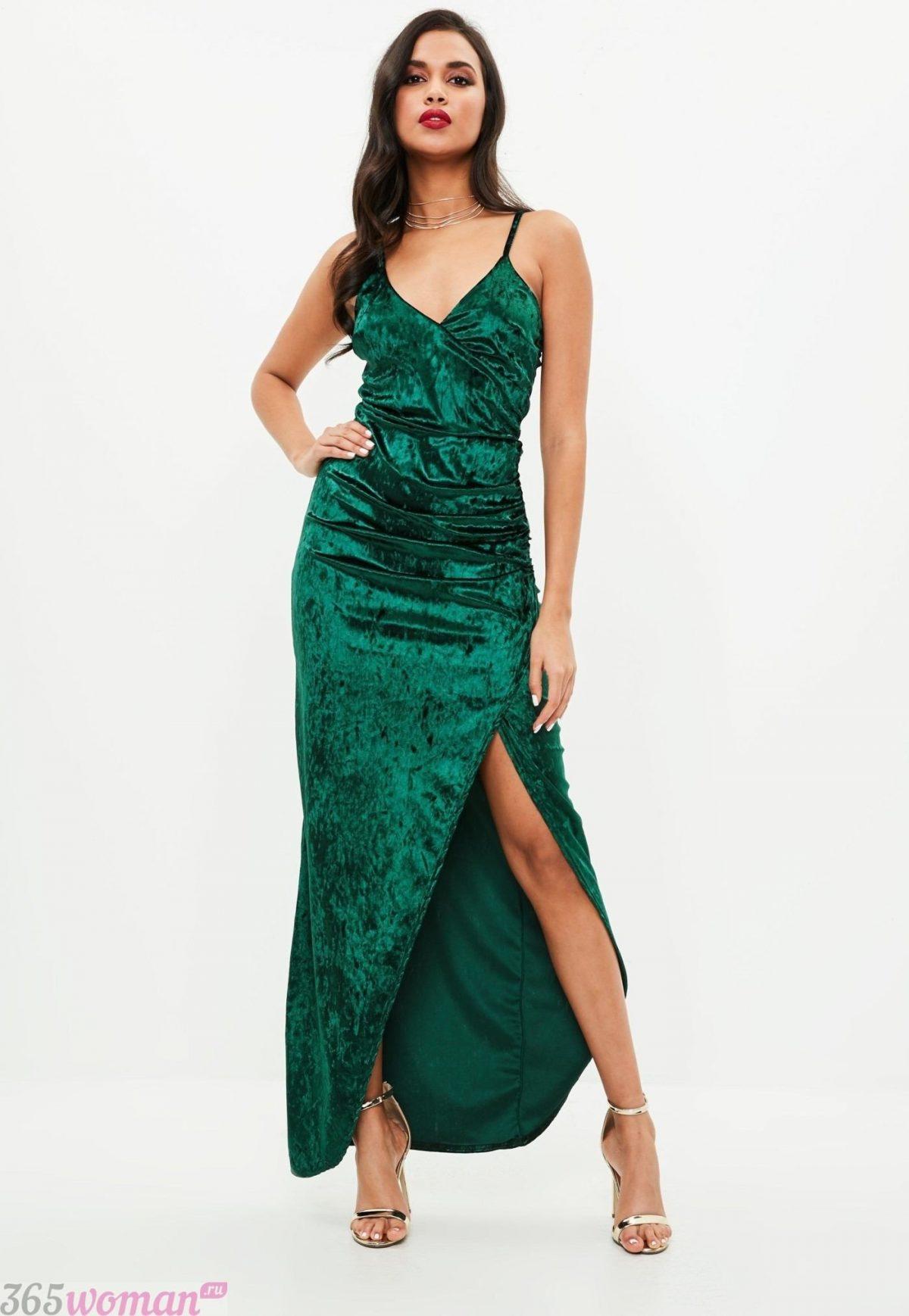 в каких цветах встречать новый год 2021: длинное зеленое платье с разрезом