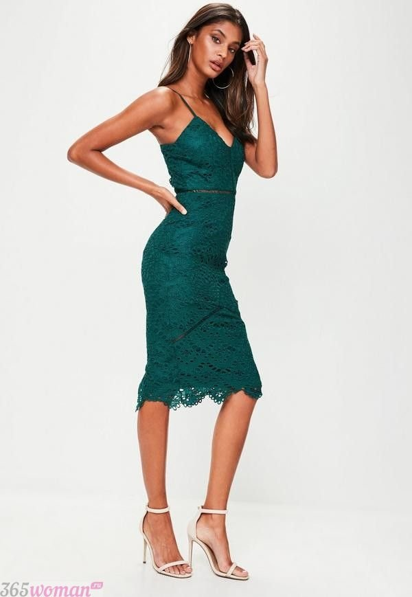 в каких цветах встречать новый год 2019: зеленое платье миди из кружева