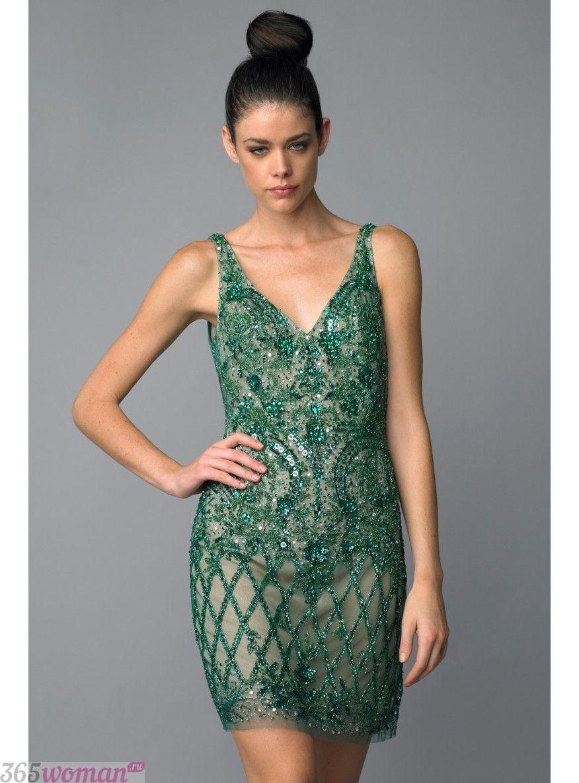 в каких цветах встречать новый год 2019: зеленое платье с прозрачным эффектом
