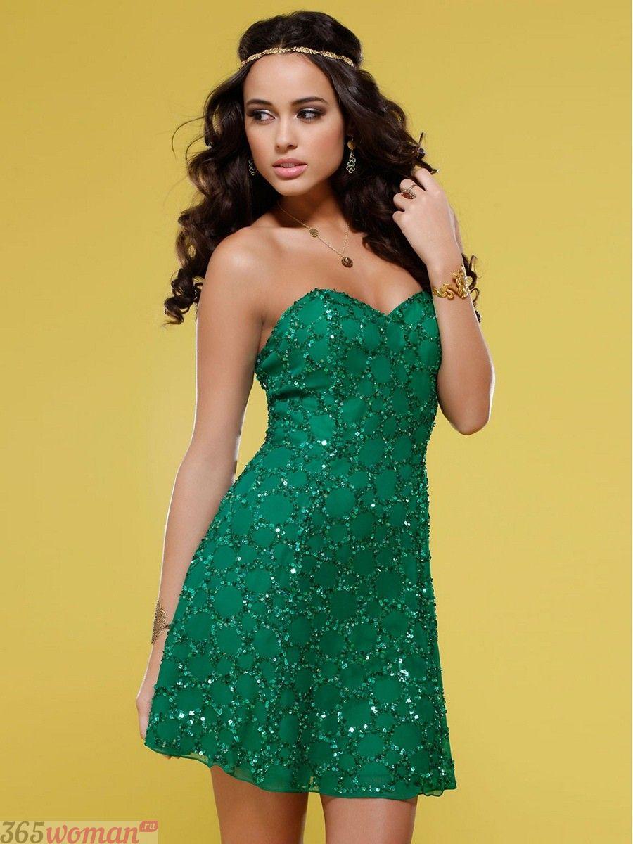 в каких цветах встречать новый год 2021: короткое блестящее зеленое платье с открытым верхом