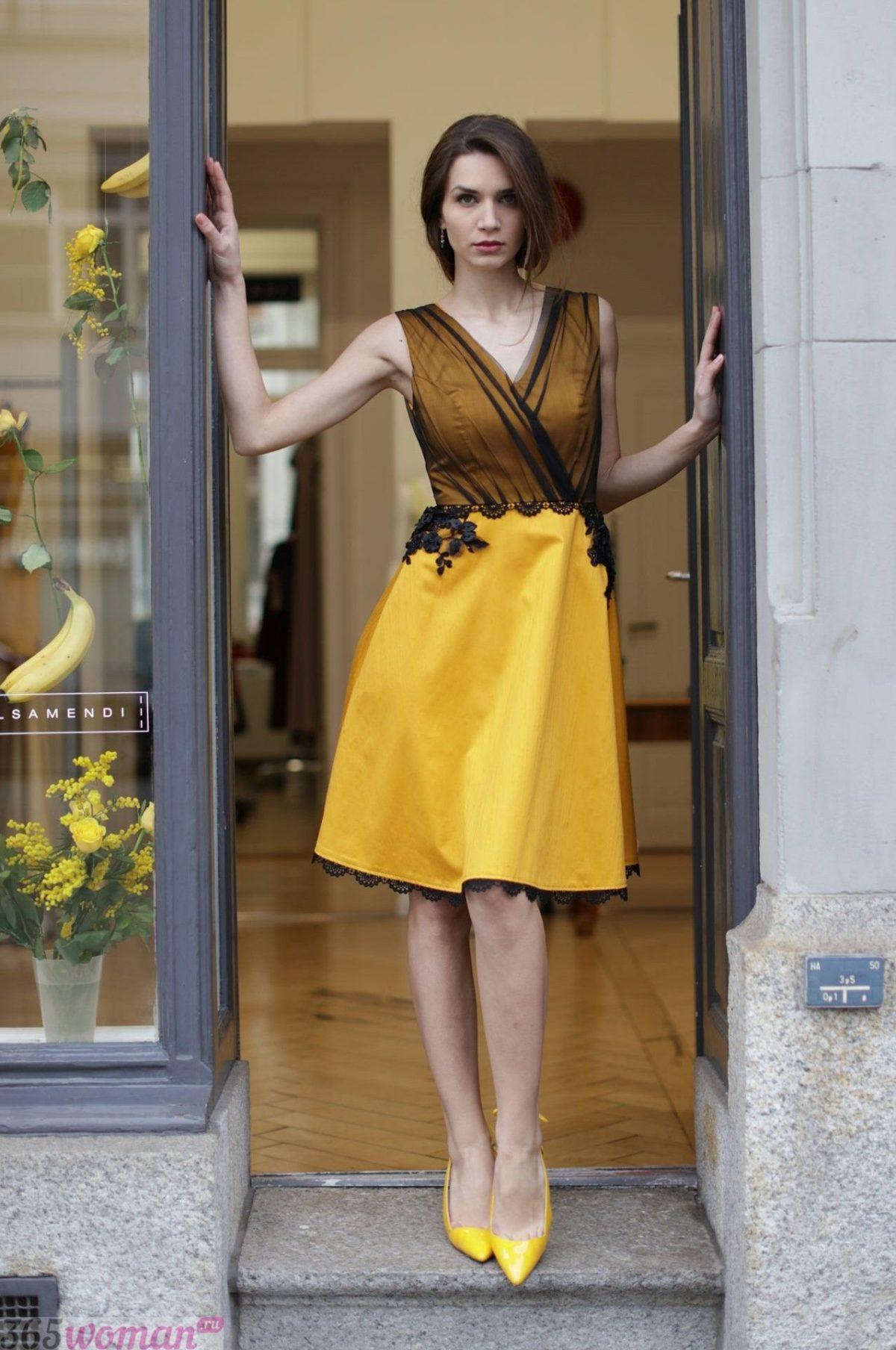 в каком цвете встречать новый год: желтое платье с черным декором
