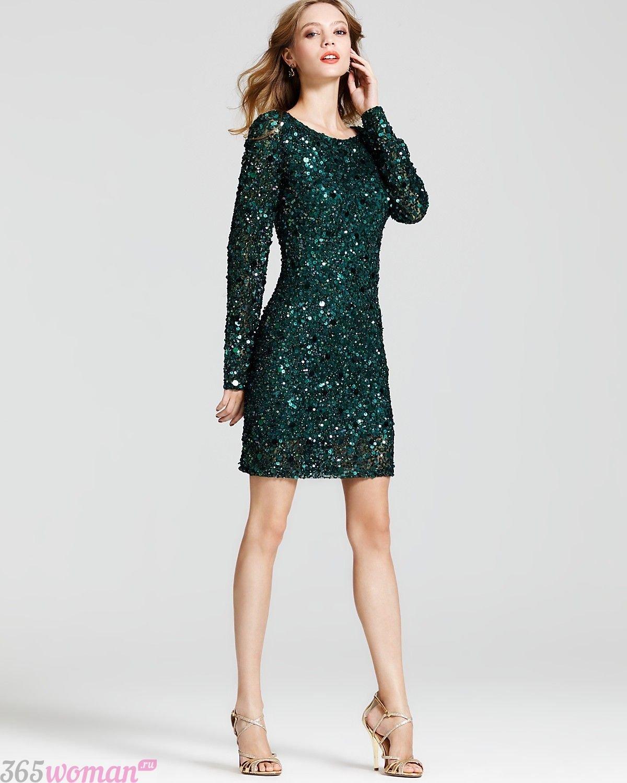в каких цветах встречать новый год 2021: темно-зеленое платье с пайетками