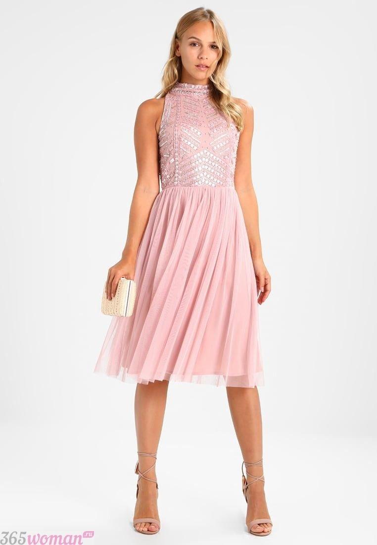 в каких цветах встречать новый год 2019: нежно-розовое платье с шифоновой юбкой и блестящим лифом