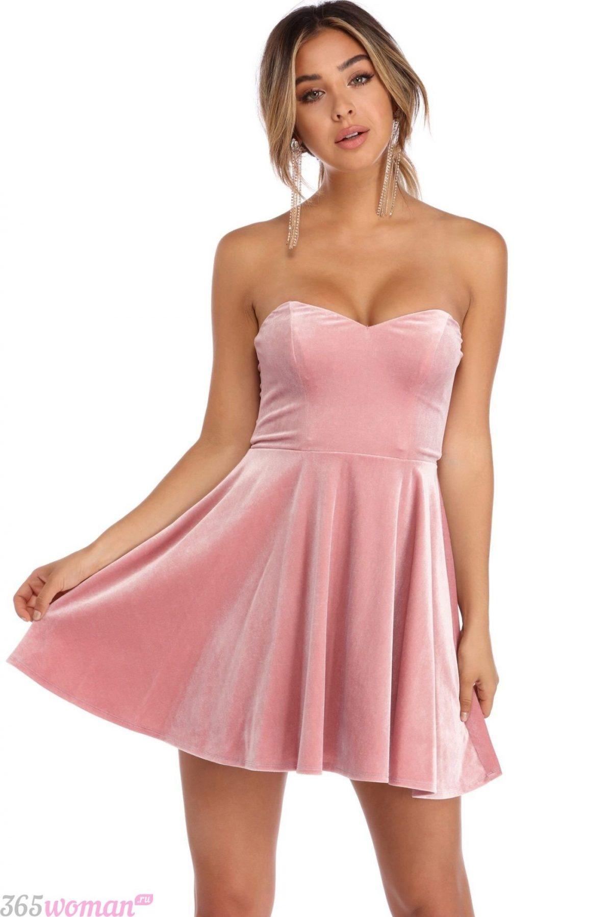 в каких цветах встречать новый год 2021: бархатное розовое платье с открытым верхом