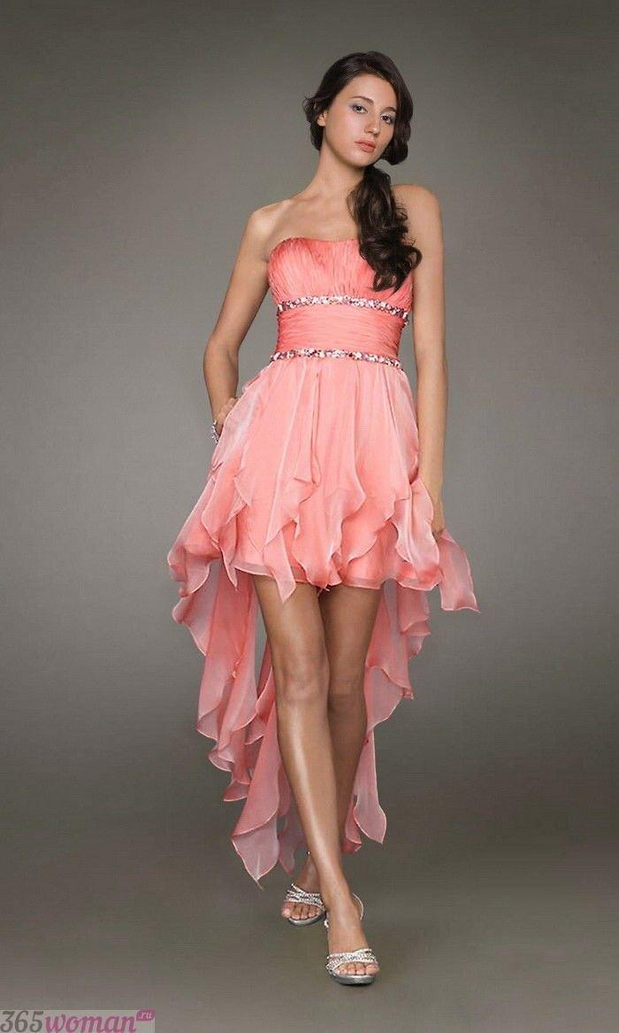 в каких цветах встречать новый год 2019: розовое платье удлиненное сзади