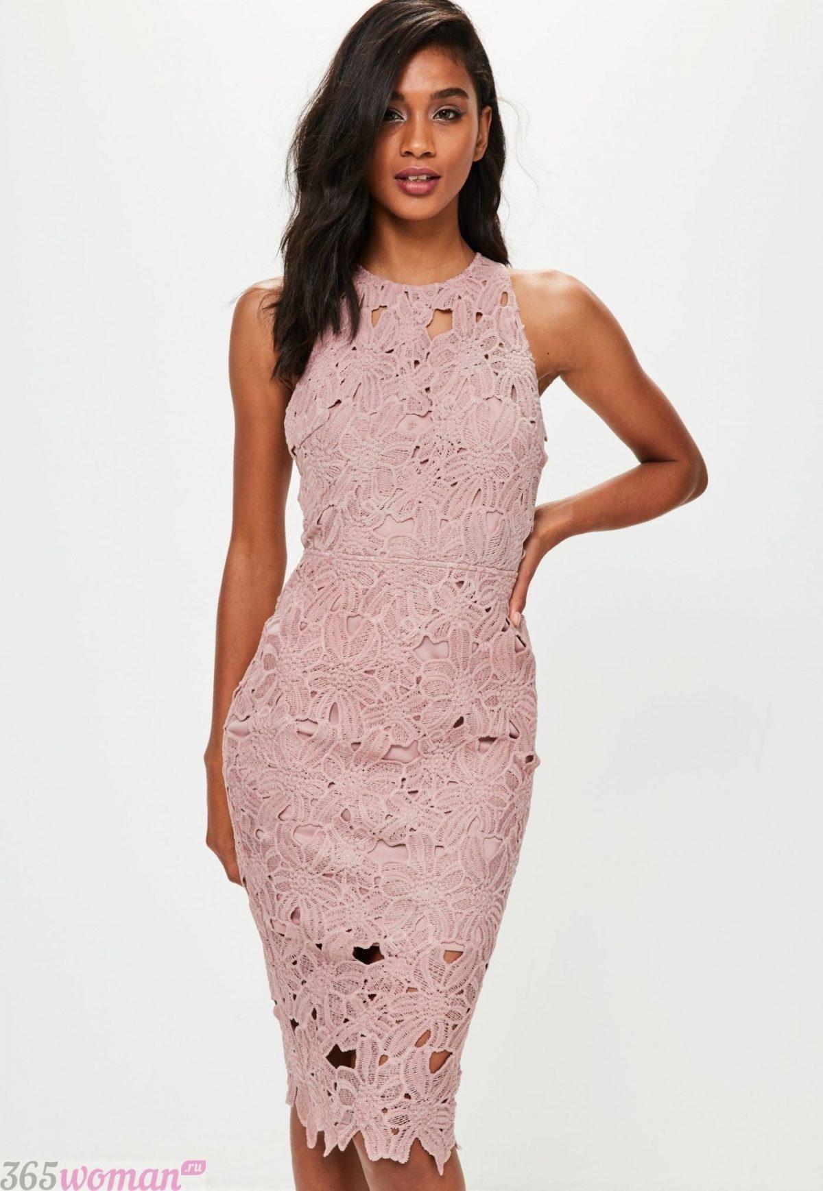 в каких цветах встречать новый год 2019: розовое платье футляр из кружева