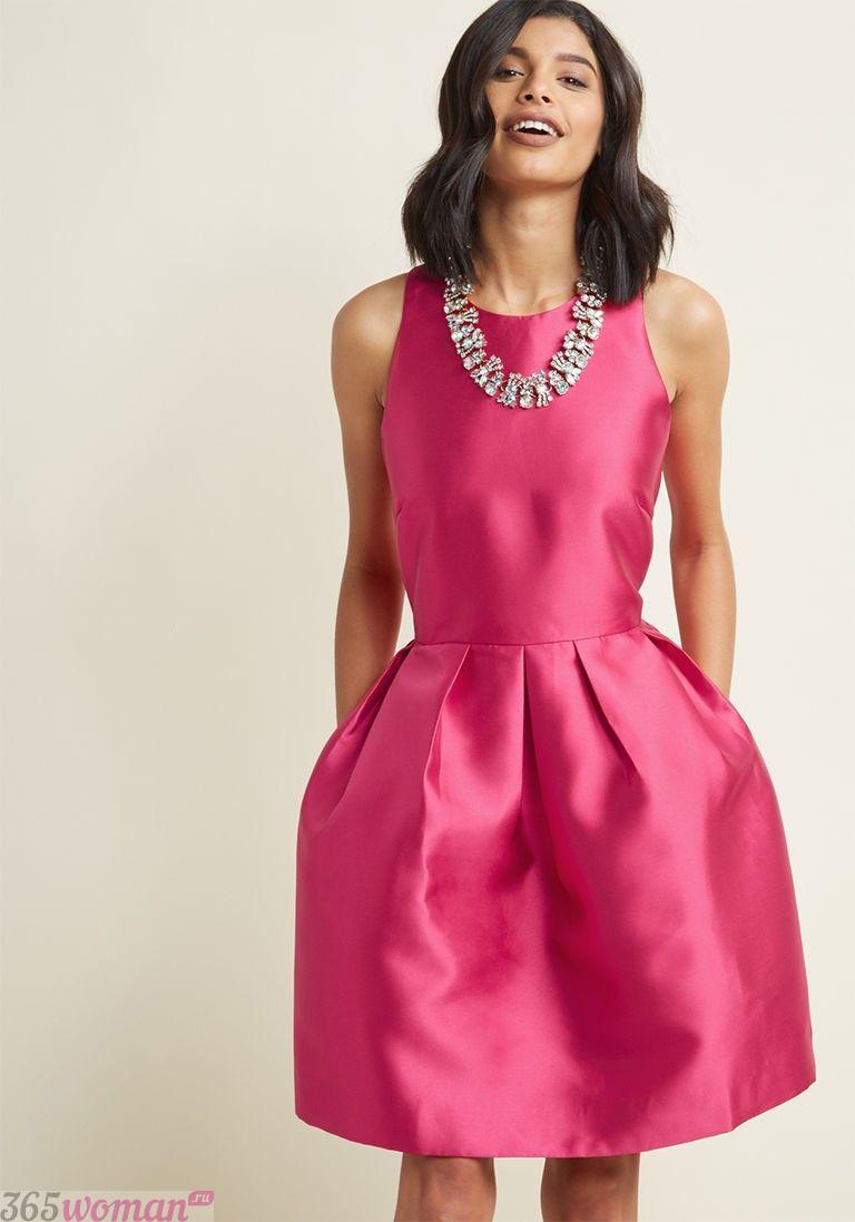 в каких цветах встречать новый год 2019: атласное платье ярко-розового цвета