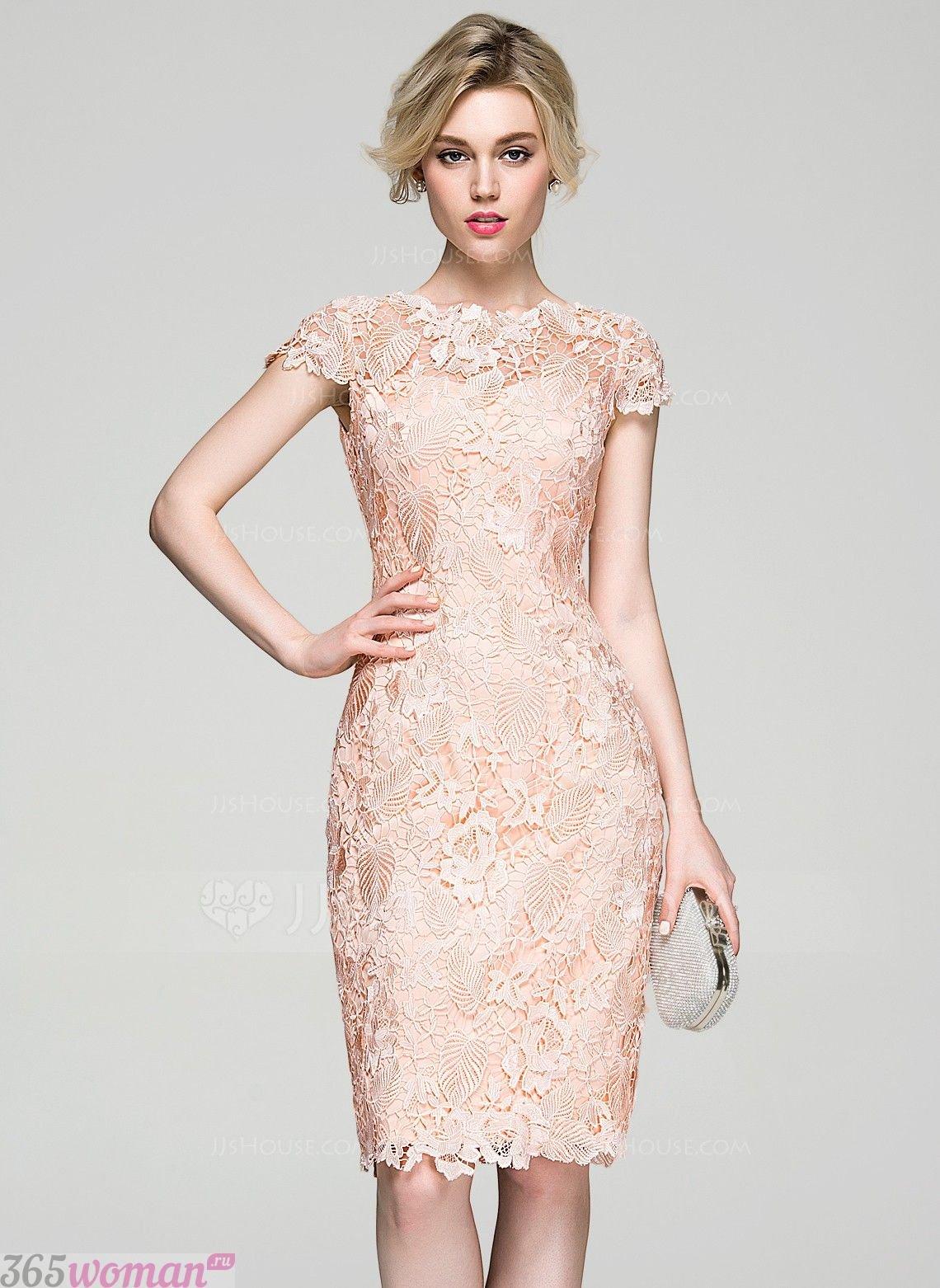 в каких цветах встречать новый год 2021: светло-розовое платье футляр