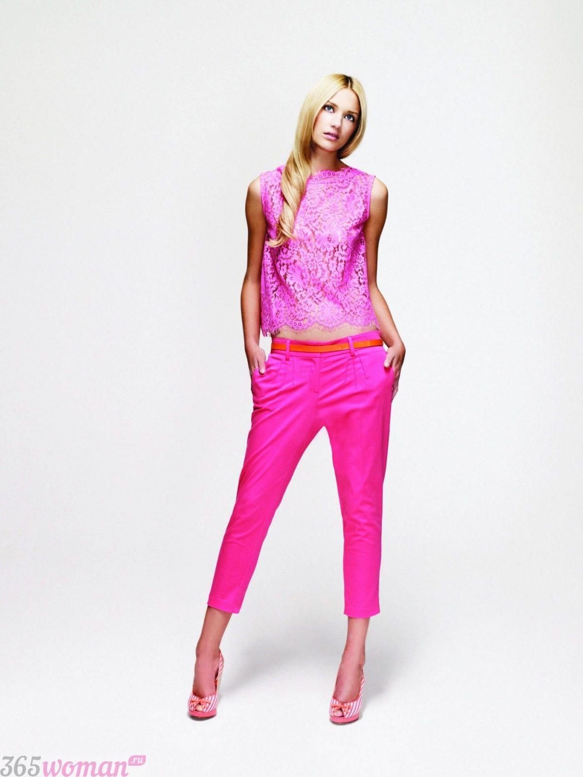 в каких цветах встречать новый год 2019: розовые брюки, блуза и туфли