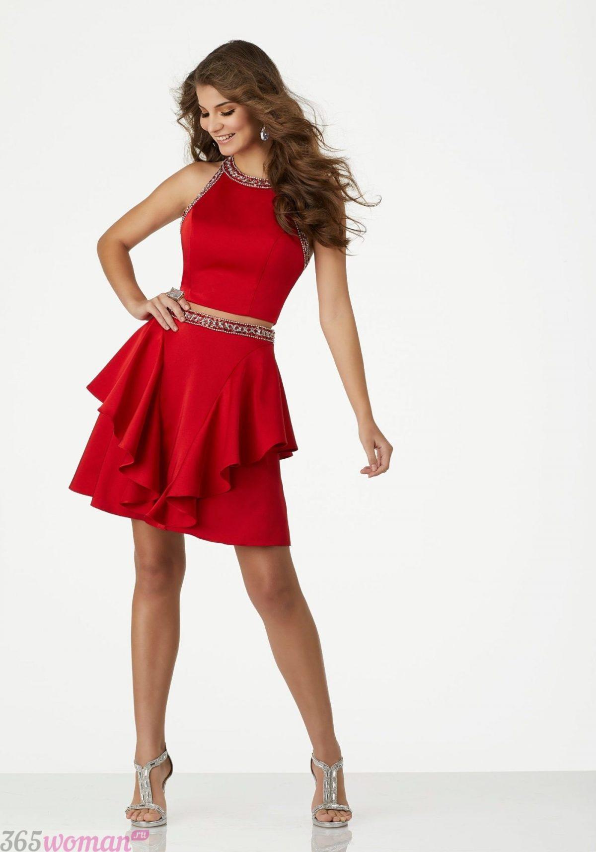 какой цвет встречать новый год 2021: двухъярусное красное платье с поясом
