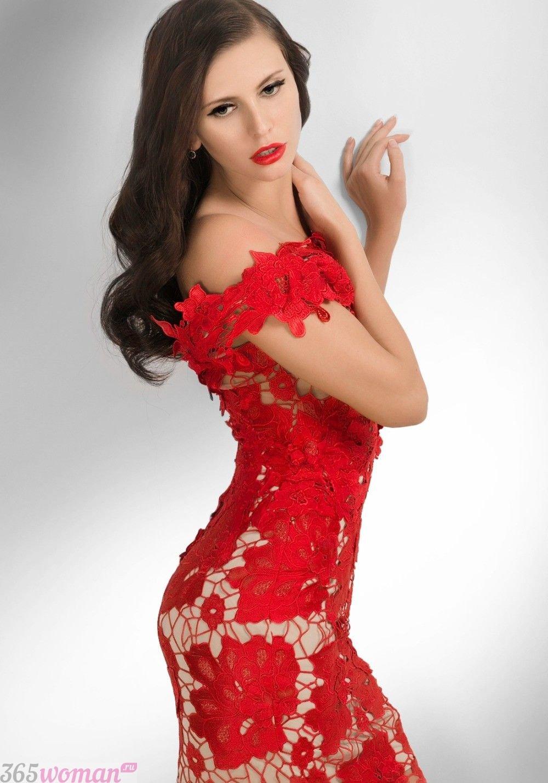 какой цвет встречать новый год 2019: красное платье с голым эффектом
