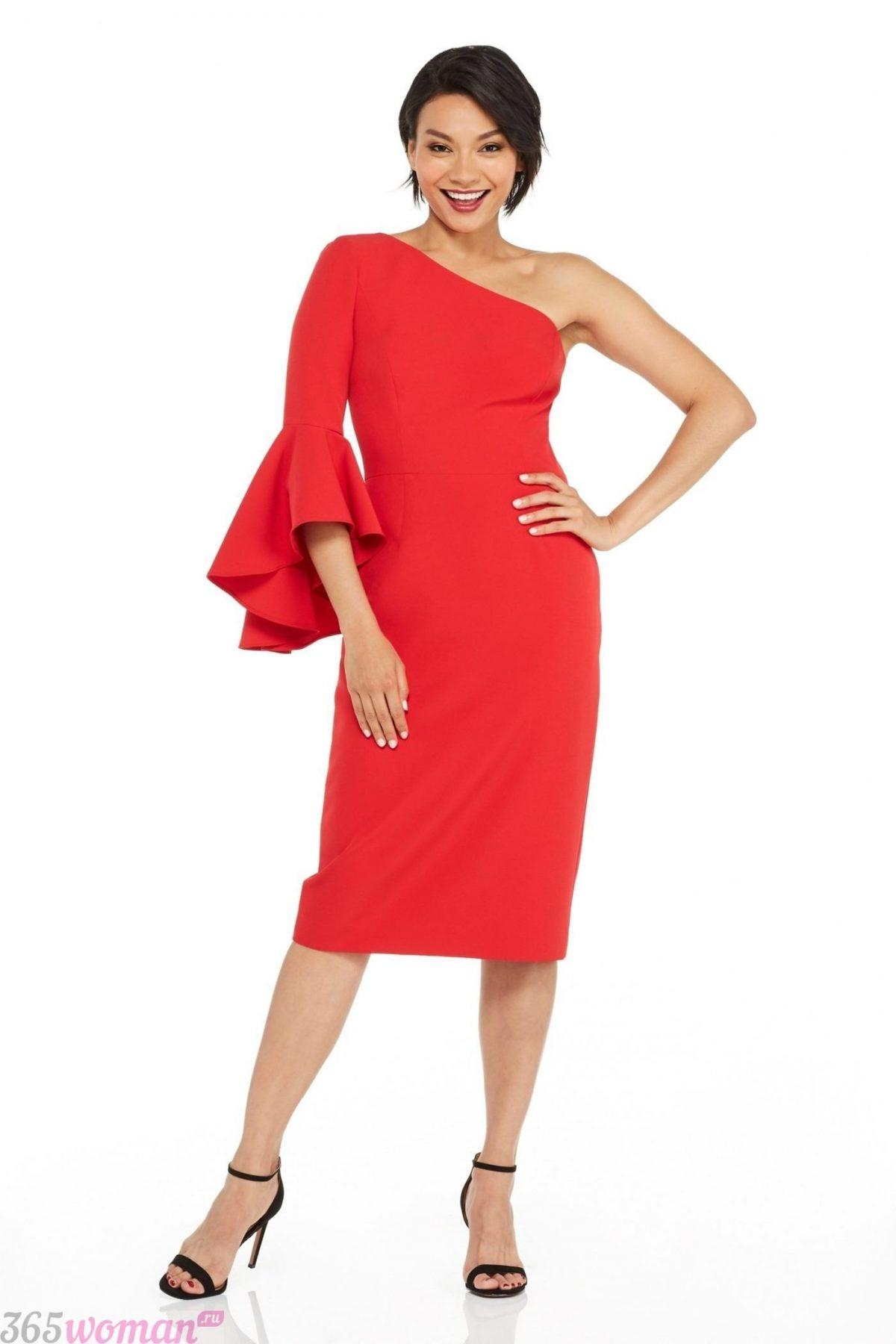 какой цвет встречать новый год 2021: красное платье на одно плечо с расклешенным рукавом