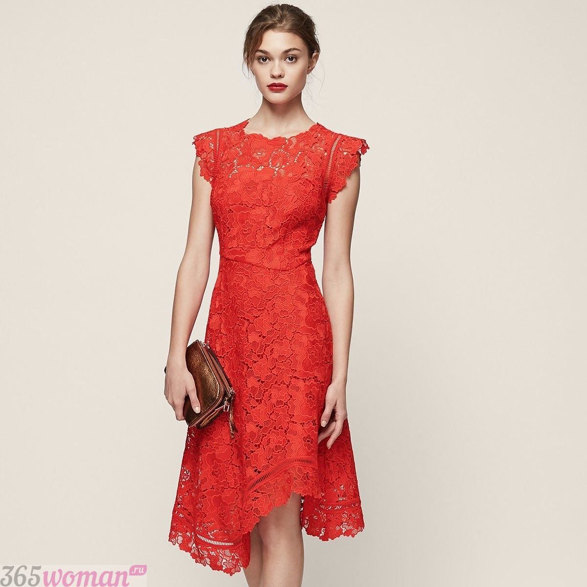 какой цвет встречать новый год 2021: красное кружевное платье миди