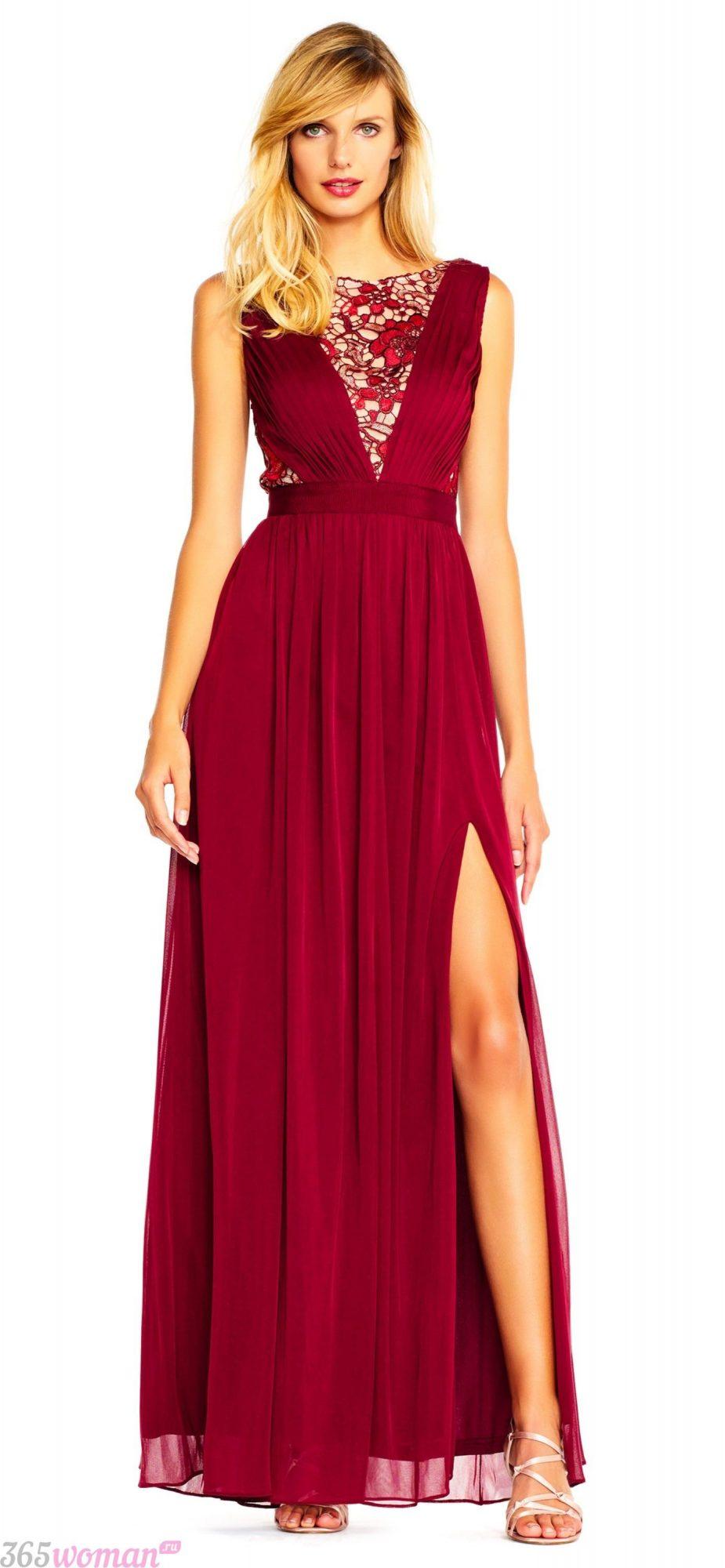 какой цвет встречать новый год 2021: длинное темно-красное платье с разрезом