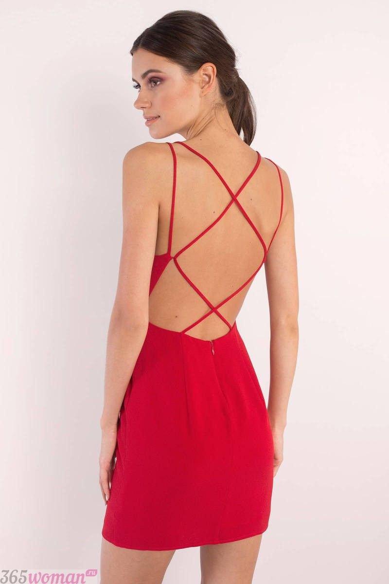 какой цвет встречать новый год 2021: короткое красное платье с открытой спиной