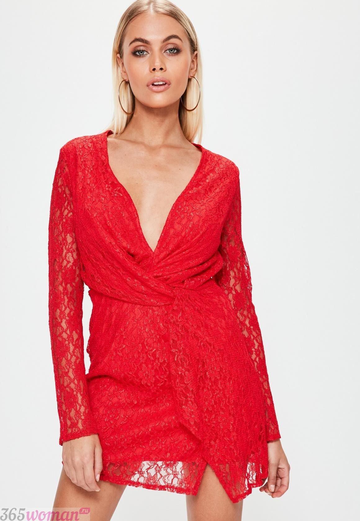 какой цвет встречать новый год 2021: красное платье из кружева с запахом