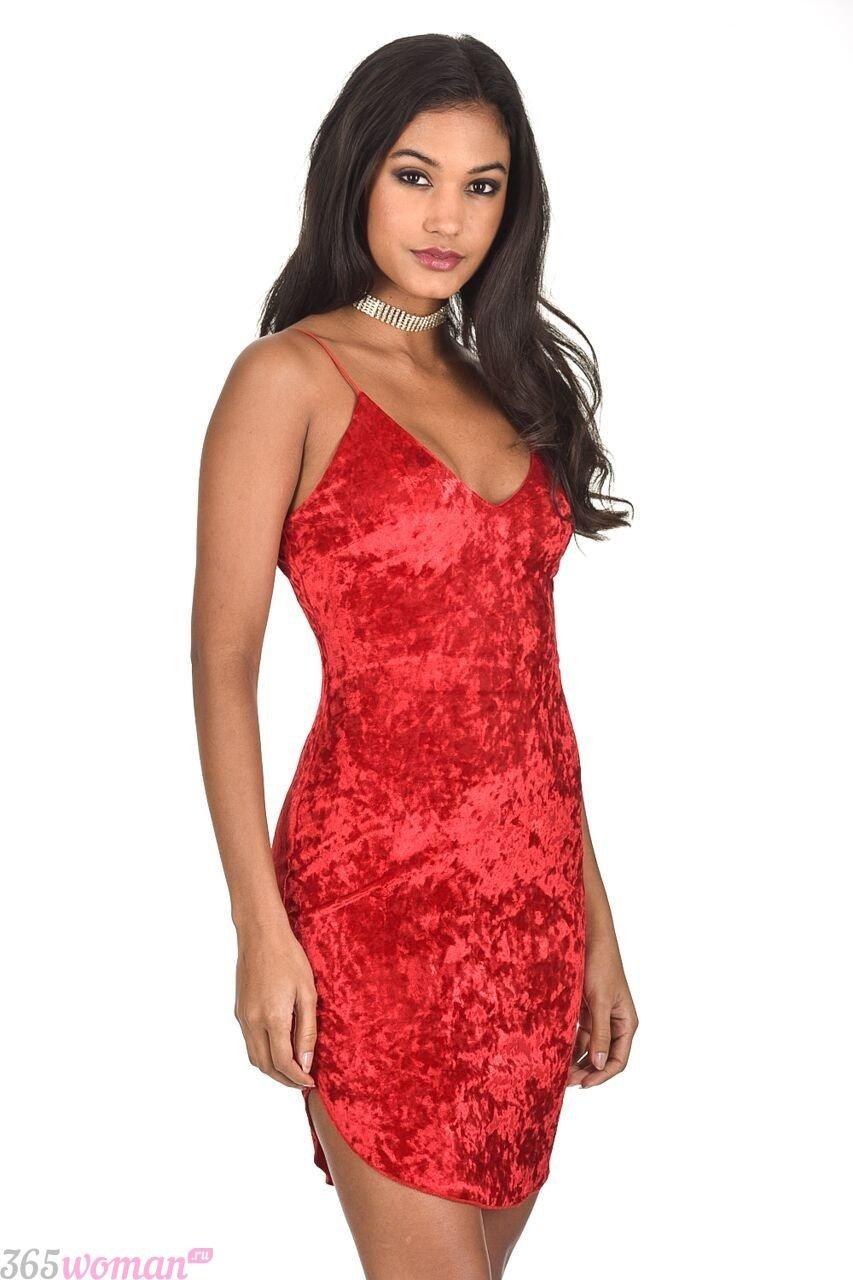какой цвет встречать новый год 2019: бархатное короткое красное платье
