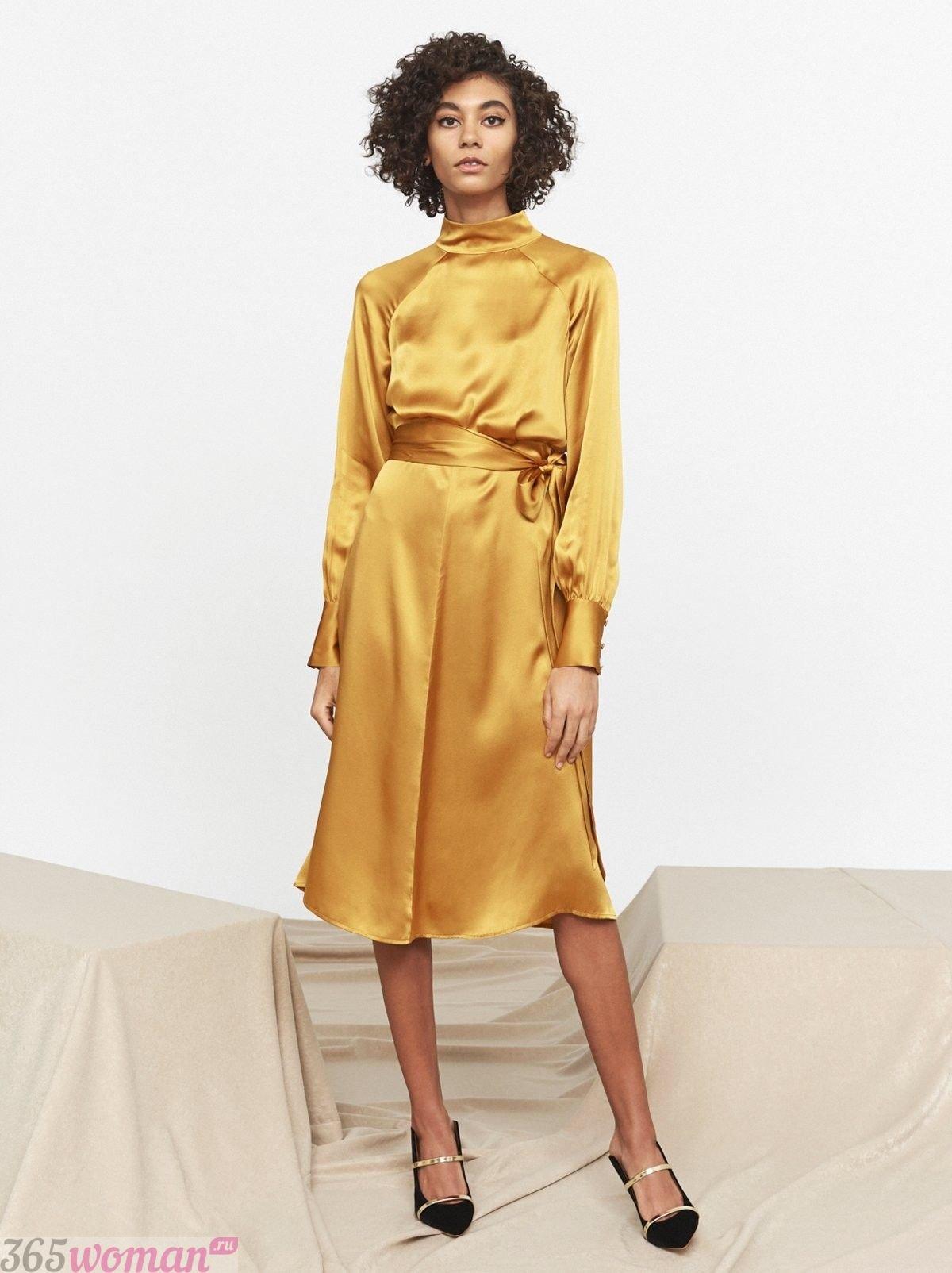 в каком цвете встречать новый год: атласное платье желтого оттенка с поясом