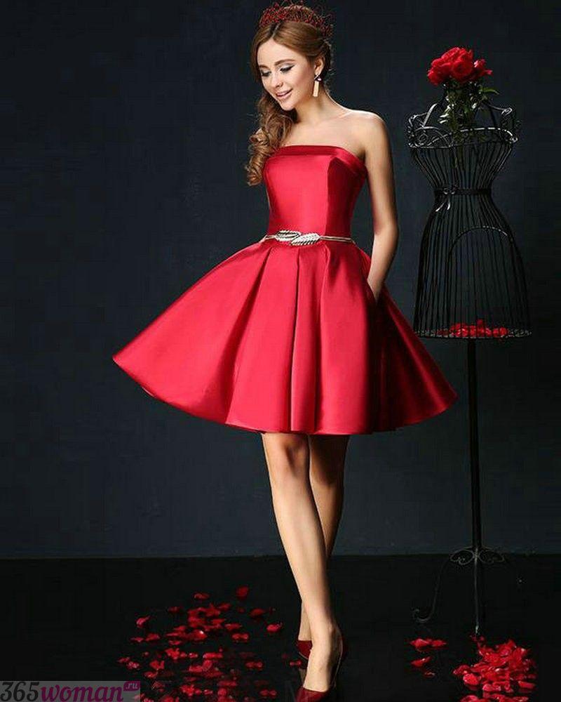 какой цвет встречать новый год 2019: красное атласное расклешенное платье