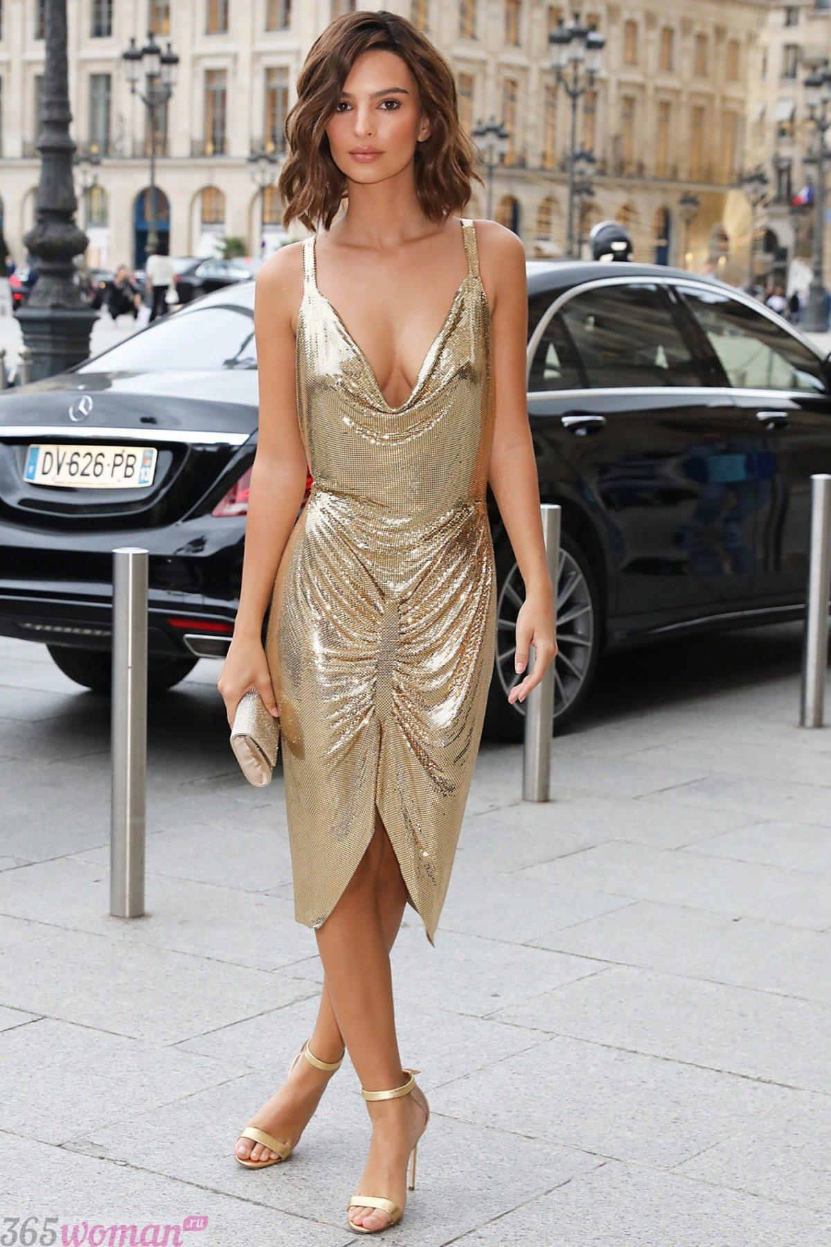 в каких цветах встречать новый год 2021: золотистое платье на бретелях