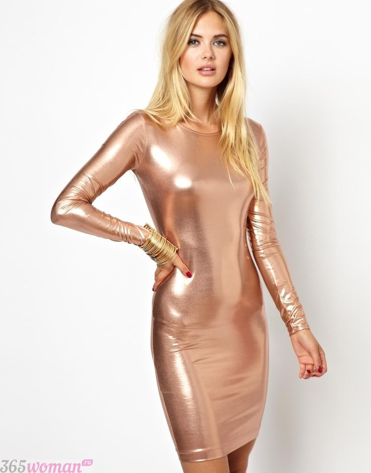 в каких цветах встречать новый год 2021: платье золотого цвета с длинным рукавом