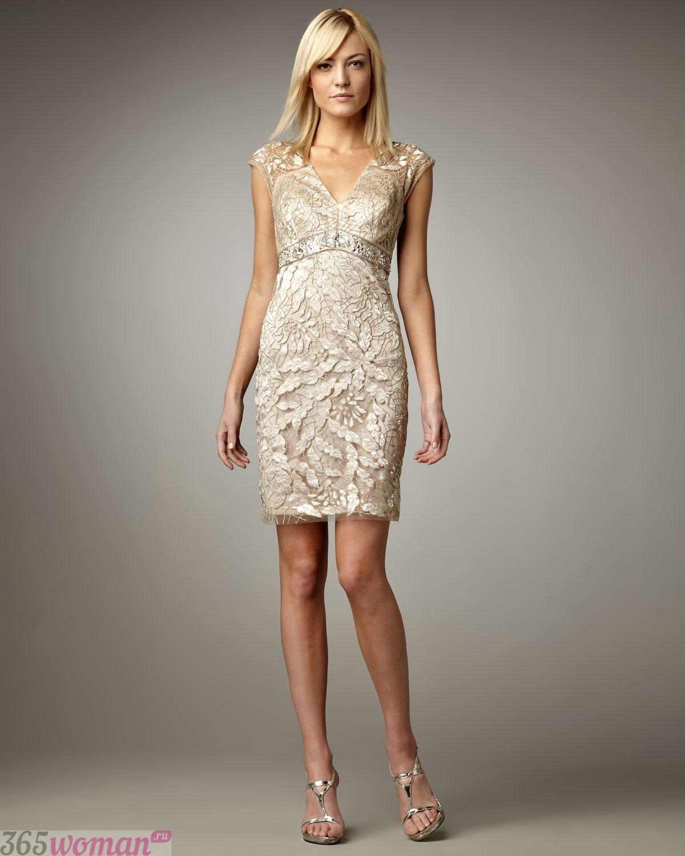 в каких цветах встречать новый год 2021: золотое платье мини из кружева