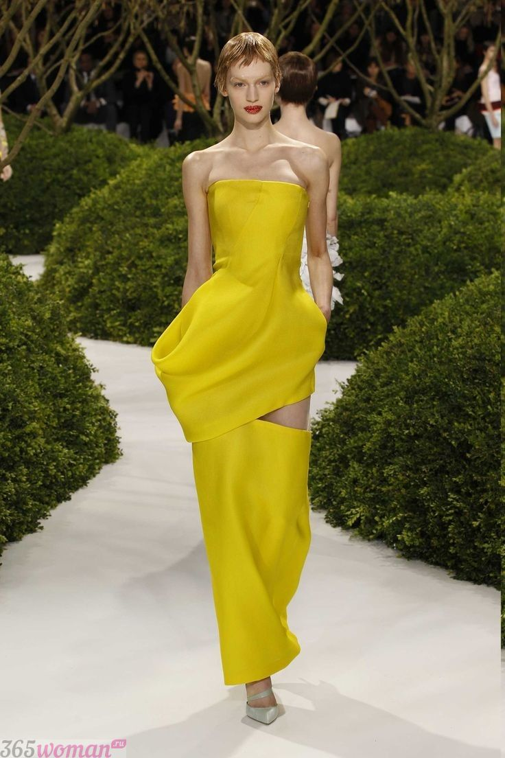 в каком цвете встречать новый год: длинное желтое платье с разрезом и открытым верхом