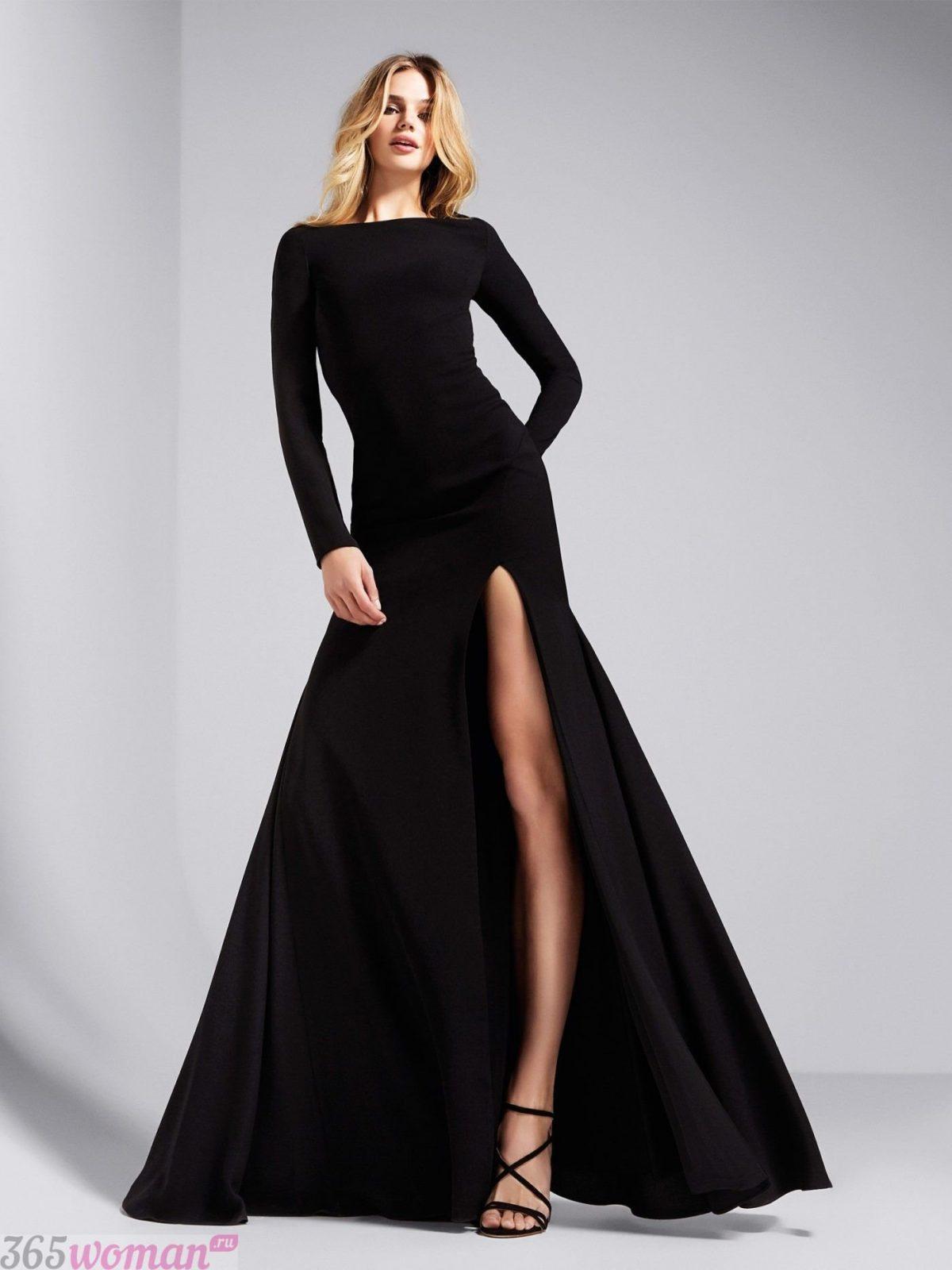 в каких цветах встречать новый год 2021: длинное черное платье с разрезом