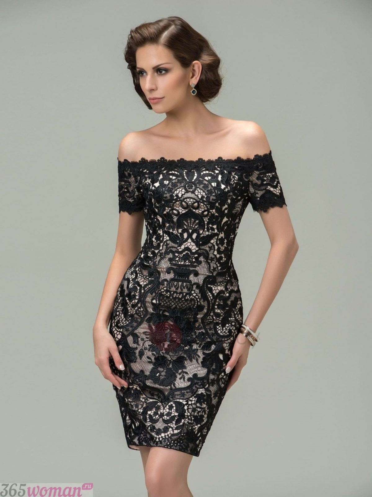 в каких цветах встречать новый год 2021: черное кружевное платье