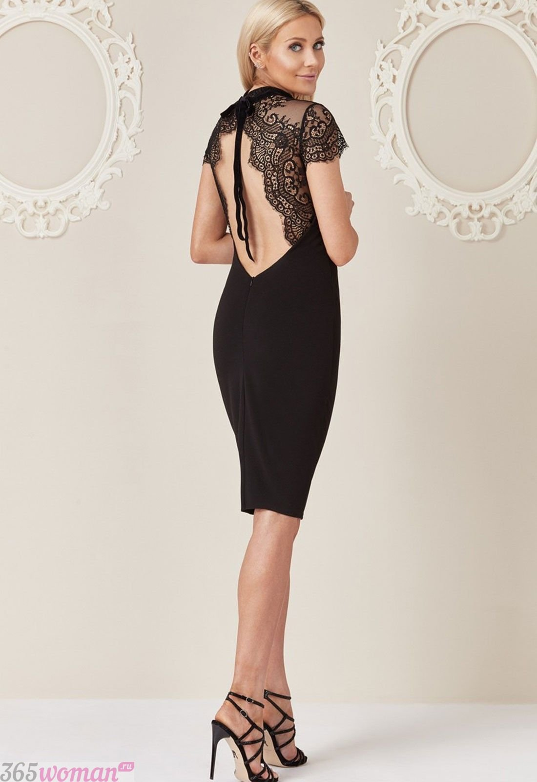 в каких цветах встречать новый год 2021: черное платье с открытой спиной