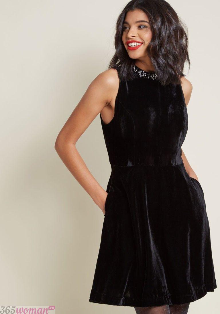 в каких цветах встречать новый год 2019: черное бархатное платье