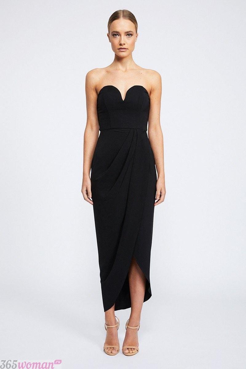 в каких цветах встречать новый год 2021: черное длинное платье с открытым верхом