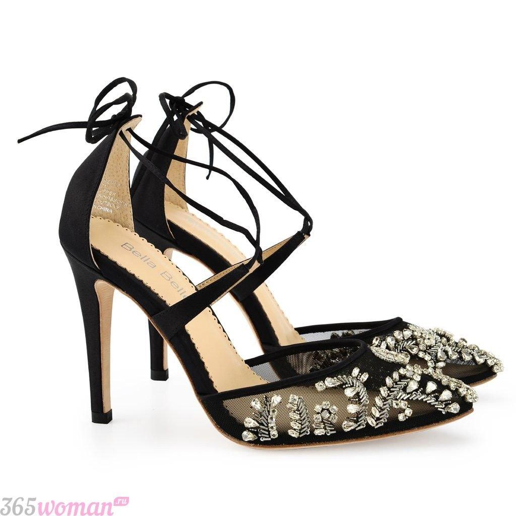 в каких цветах встречать новый год 2019: черные прозрачные туфли со стразами