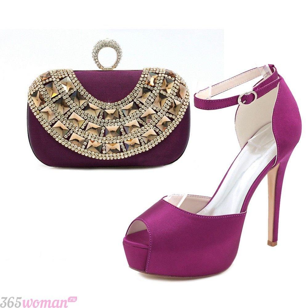 в каких цветах встречать новый год 2019: пурпурные туфли и клатч