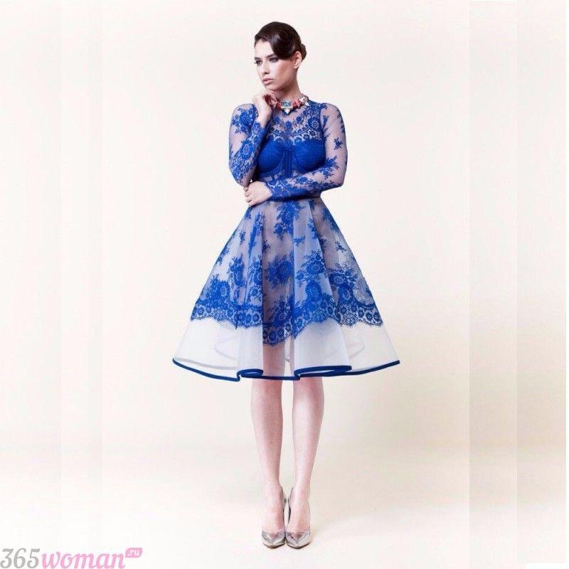 какой цвет встречать новый год 2021: синее расклешенное платье