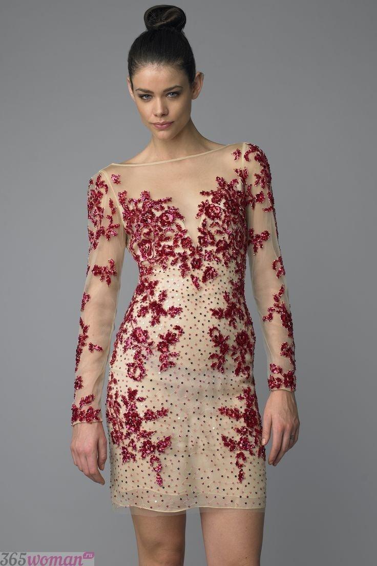 какой цвет встречать новый год 2019: бежевое платье с красной вышивкой