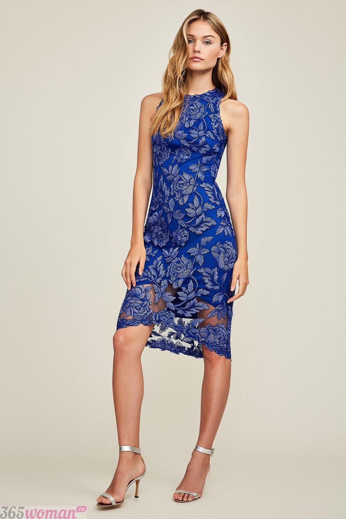 какой цвет встречать новый год 2021: синее кружевное платье до колена