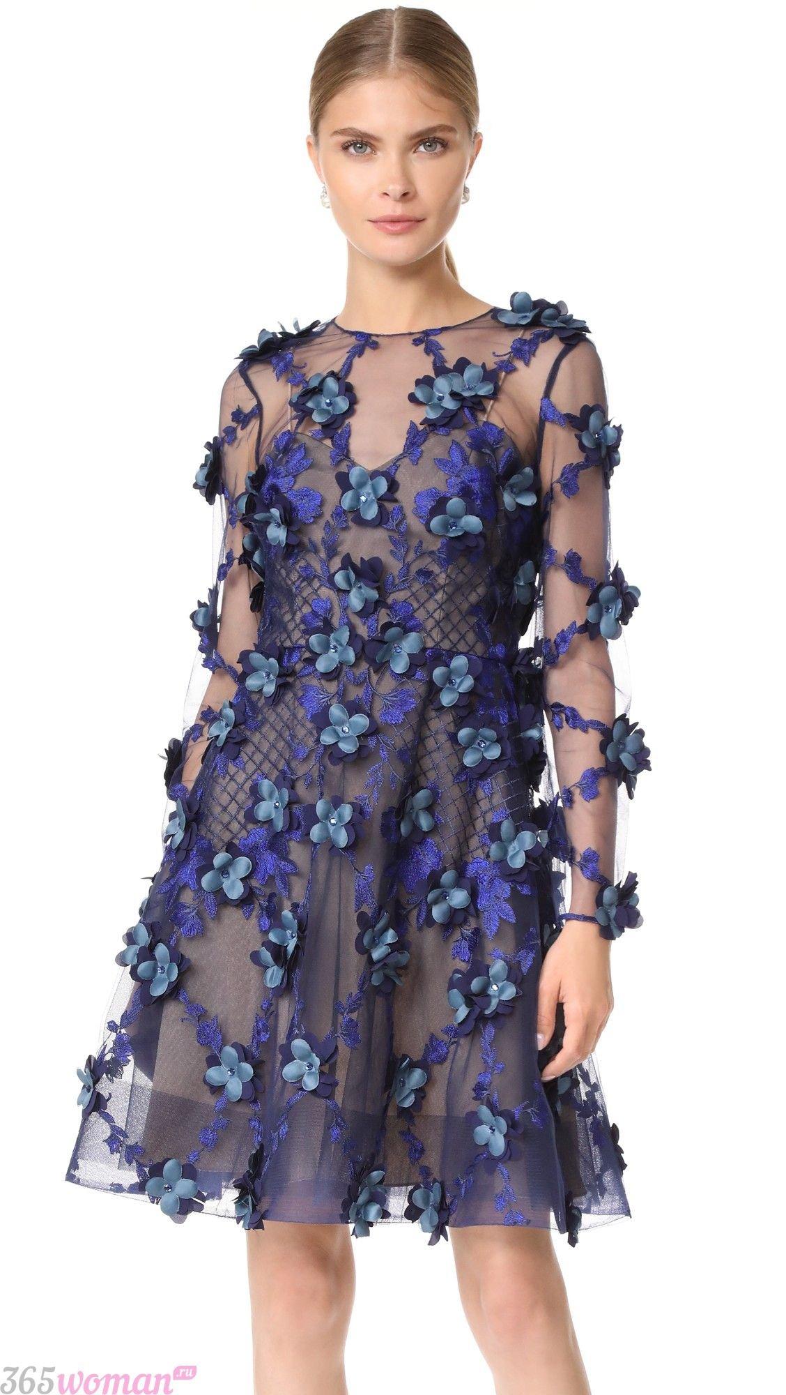 В каком цвете встречать 2021 год быка: синее платье с цветочным декором