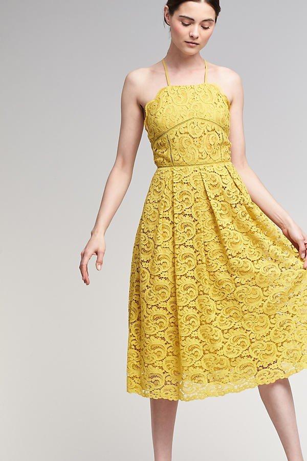 желтое кружевное платье на бретелях