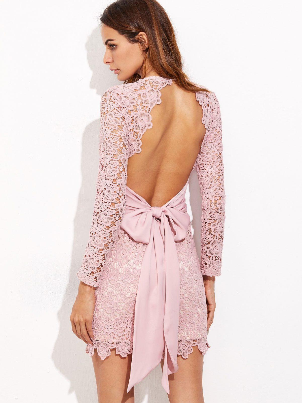 светло-розовое кружевное платье с открытой спиной