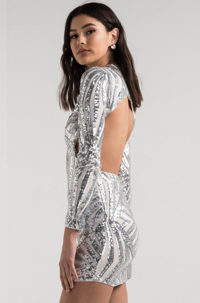 серебристое платье с открытой спиной