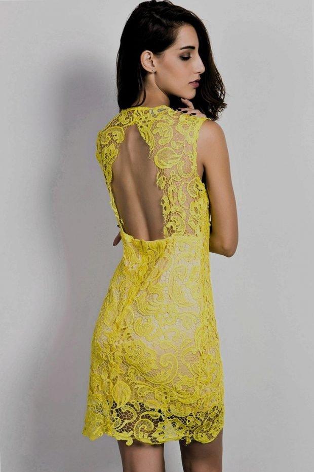 желтое кружевное платье с открытой спиной